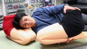Makoto Igarasi Penemu Hizamakura Lap Pillow (Koichi Kamoshida-Getty Images-int