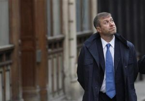 Russian billionaire and owner of Chelsea football club Roman Abramovich walks past the High Court in London November 16, 2011.  REUTERS/Suzanne Plunkett