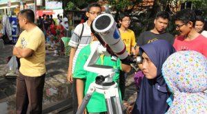 pengunjung_car_free_day_melihat_matahari_dengan_teleskop_edit