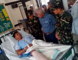 anggota pasukan Filipina yang terluka setelah bertempur melawan kelompok Abu Sayyaf