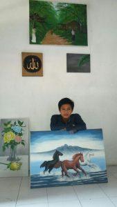Faris menunjukkan hasil karya lukisannya