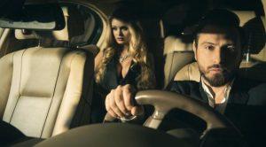 Tanpa sengaja Mia naik taksi online dengan sopir yang sama dan dua kali mendapat ajakan kencan juga. Simak kisahnya di sin