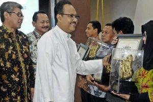 Saifullah Yusuf (Gus Ipul), memberikan penghargaan pada beberapa perusahaan dalam acara penutupan pelatihan tenaga kerja baru