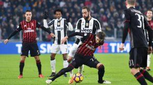 Gelandang AC Milan Manuel Locatelli (tengah depan) berjibaku dengan penyerang Juventus Gonzalo Higuain di Juventus Stadium, Kamis (26/1/2017) dinihari WIB. Locatelli menerima kartu merah pada laga itu.