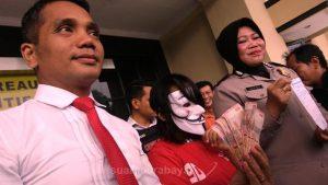 Seorang sales motor inisial EMW (19) yang tinggal di Kupang Krajan, Surabaya yang ditangkap polisi karena menjual temannya menjadi PSK via facebook