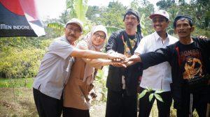 Direktur Utama Semen Gresik Gatot Kustyadji (empat dari kiri) saat menyerahkan bibit tanaman, Semen Indonesia menyerahkan 10.000 tanaman karet dalam rangka memperingati hari lingkungan hidup sedunia