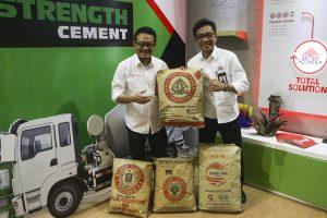 Dari kiri ke kanan, Kepala Departemen Komunikasi Pemasaran  Rudi Hartono, Direktur Pemasaran dan Supply Chain Ahyanizzaman menujukkan Produk Semen Indonesia. Pada IBD Expo kali ini Semen Indonesia memperkenalkan layanan Semen Indonesia Total Sulution (SITOS).