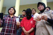 Unit Perlindungan Perempuan dan Anak (PPA) Satreskrim Polrestabes Surabaya menggelandang pelaku prostitusi layanan threesome. Foto: Istimewa