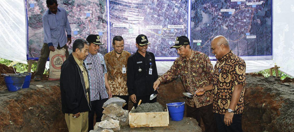 Bupati Rembang Abdul Hafidz (memakai topi) dan Dirut Semen Gresik Mukhammad Saifudin melakukan peletakan batu pertama pembangunan sarana air bersih