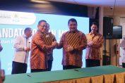 Direktur Utama Semen Indonesia Hendi Prio Santoso (Kanan) berjabat tangan dengan Direktur Human Capital Management PLN Muhamad Ali usai menandatangani nota kesepahaman terkait pemanfaatan FABA sebagai bahan pembuatan semen