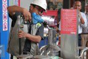 Petugas memasukan BBM kedalam tera meter di SPBU Abdul Muis Jakarta, Rabu (17/2).pengecekan tersebut untuk mengetahui agar tidak ada kecurangan dan memastikan takaran yang pas bagi para pengguna BBM. (Liputan6.com/Angga Yuniar)