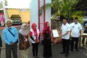 Foto : Wahjudi Heru, Kepala Departemen Corporate Social Responsibility (CS) PT Semen Indonesia. saat memberikan penghargaan pada UKM Binaan
