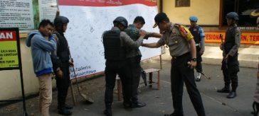Foto : Situasi Pemeriksaan Tamu di Gerbang Polres Gresik