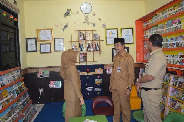 Foto : Wakil Bupati Gresik Dr. H. Moh. Qosim saat menyambut tim juri Perpustakaan Desa atau Rumah Pelangi