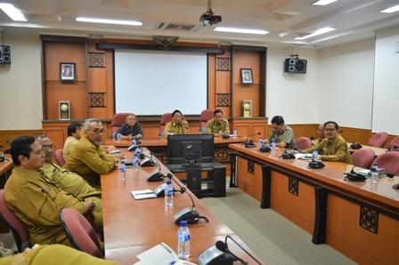 Foto : Bupati Gresik Dr. Sambari Halim Radianto saat memimpin rapat Pleno yang diikuti oleh seluruh Kepala OPD se Kabupaten Gresik yang berlangsung di Ruang Graita Eka Praja, Senin (14/5/2018).