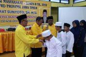 Photo : Dari kiri Ketua DPD Golkar Gresik Ahmad Nurhamim, Sekretaris Atek Ridwan, Penasehat KH. Nur Muhammad saat menyantuni anak yatim di Kantor DPD Golkar Gresik
