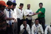 Foto : H.M. Khozin Ma'sum (Kaos Hijau) Pendiri RGS saat memberikan bantuan kepada relawan
