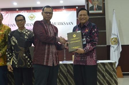 Foto : Bupati Gresik saat menerima penghargaan dari BPK