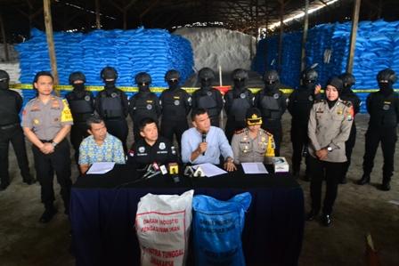 Photo : Kombes Pol Daniel Tahi Monang Silitonga saat konfrensi pers usai lakukan penyegelan gudang PT. GSA di jl. Raya Banyutami km 11 Manyar Gresik.