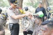 Foto : Kapolres Gresik AKBP Wahyu S. Bintoro, SH., SIK., M.Si saat menyiram anggotanya dengan air kembang