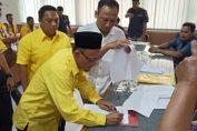 Photo : Ahmad Nurhamim saat menandatangani berita acara serah terima berkas pendaftaran Bacaleg Partai Golkar 2019.