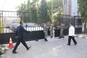Foto : Petugas Satpol PP saat menutup Gerbang Pemkab Gresik