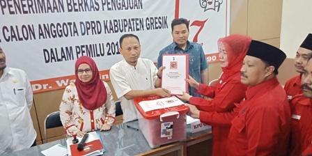 Photo : Ketua DPC PDIP Siti Muafiyah saat melakukan penyerahan berkas-berkas pendaftaran Bacaleg DPRD Gresik 2019
