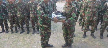 Foto : Dandim 0817/Gresik Letkol Kav. Widodo Pujianto selaku Dansatgas TMMD Ke-102 saat menyerahkan Kaporlap perlengkapan Satgas TMMD.