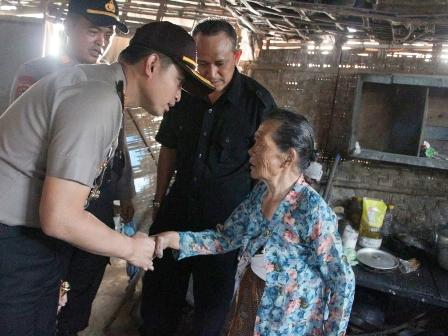 Photo : Kapolres Gresik AKBP Wahyu S Bintoro saat berada di rumah Mbah Tasminah.