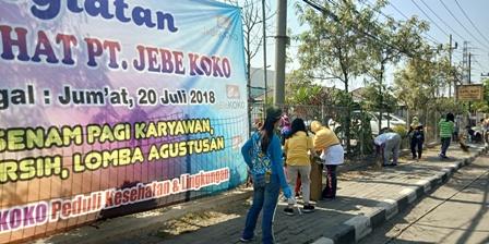 Photo : Karyawan PT. Jebe Koko saat lakukan bersih-bersih halaman perusahaan usai lakukan senam Jumat pagi