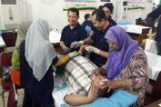 Foto : Paramedis saat menangani Diki zulkarnain, siswa Kelas 10 SD pongangan yang memiliki Bobot 84 kg