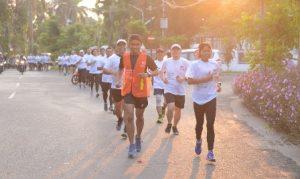 """Foto  :   Seratus orang dari komunitas lari kota Gresik, Surabaya, Sidoarjo, Malang dan sekitarnya, berlari bersama mengelilingi kota Surabaya  pada acara """"grand launching"""" Semen Indonesia Trail Run 2018."""