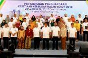 Foto : Pada tahun perayaan HUT ke-61 Pabrik Gresik, Semen Indonesia memberikan penghargaan tanda ikatan batin kepada 87 karyawan yang telah mengadi selama masa kerja tertentu yakni 15,20,25 dan 30 tahun.