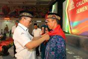 Foto : Direktur Hukum dan SDM Semen Indonesia Agung Yunanto memasangkan shal kepada calon jamaah haji Semen Indonesia. Tahun ini sebanyak 222 calon jamaah haji diberangakatkan perusahaan ke tanah suci.