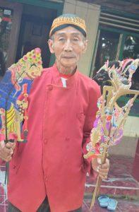 Photo : Seniman Wayang Kasmiadi asal Desa Sungegeneng, Kecamatan Sekaran, Kabupaten Lamongan.