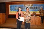 Foto : Claudia Henyka Marketing Partnership Toko Online memberikan kenang-kenangan kepada Kadiskominfo Gresik