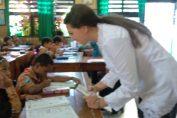 Foto : Anna Sali merupakan mahasiswa fakultas ekonomi Volunteer (sukarelawan) dari Worldpackers Associates saat berinteraksi dg siswa