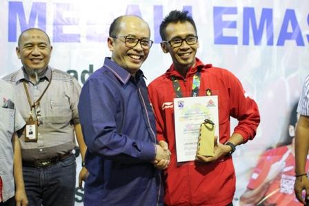 Foto 1 : Direktur SDM dan Hukum Semen Indonesia, Agung Yunanto (kiri) memberikan cinderamata sebagai apresiasi kepada Abu Dzar Yulianto yang berhasil meraih medali Emas pada Asian Games 2018 dalam cabor panjat dinding estafet putra