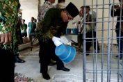 Foto : H. Syaifuddin Zaini, M.Pd.I (Wakil Ketua Pimpinan Daerah Muhammadiyah kota Surabaya) memulai pengecoran gedung 2 SD Muhammadiyah 15 Surabaya