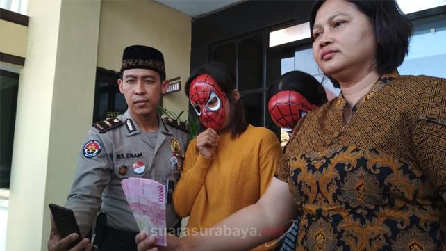 Pelaku berinisial AS (bertopeng) diamankan Unit Perlindungan Perempuan dan Anak (PPA) Satreskrim Polrestabes Surabaya. Foto: Anggi