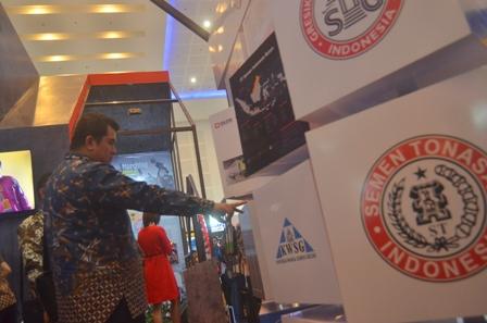 Direktur Utama Semen Indonesia, Hendi Prio Santoso melihat visual layanan Semen Indonesia Total Solution.