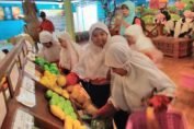 Suasana pembelajaran luar kelas anak kelas 2 SD Muhammadiyah 15 Surabaya