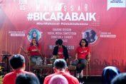 """Marischka Prudence (travel blogger) dan Tumming Abu (content creator) pada saat sharing session dalam acara pelatihan media sosial bertajuk """"Bicara Baik"""" bersama 50 penggiat media sosial yang berada di Makassar dan sekitarnya di Goedang Poepsa, Makassar, Kamis (18/10)."""
