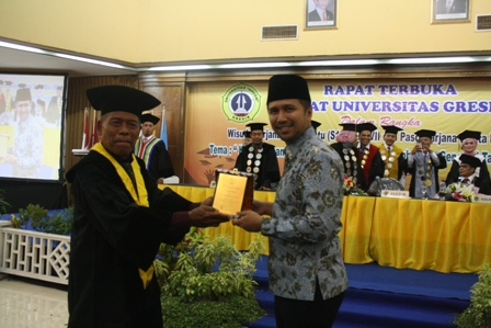 PENGHARGAAN : Rektor Unigres, Prof Dr H Sukiyat SH Msi memberikan cinderamata kepada Dr H Emil Elistianto Dardak M.Sc.