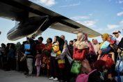 Warga antre untuk dievakuasi menggunakan pesawat Hercules di Bandara Mutiara Sis Al Jufri Palu, Sulawesi Tengah, Minggu (30/9/2018). Foto: Antara