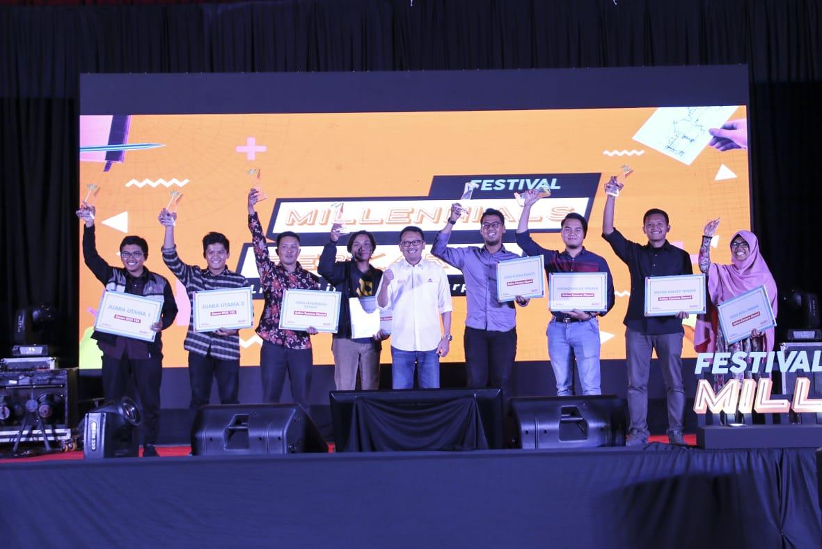 Pemberian uang pembinaan kepeda para pemenang oleh Semen Indonesia