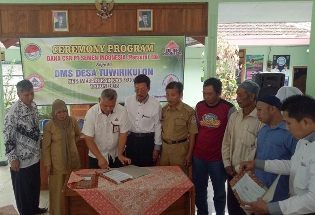 Foto 2 : Senior CSR Officer Semen Indonesia, Setiawan Prasetyo merealisasikan usulan program yang diajukan dari Desa Sembungrejo Kec. Merakurak Kab. Tuban.