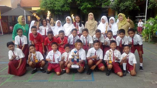 Foto bersama kepsek, guru pembinan dan siswa