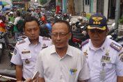 Ketua DPRD Gresik Ahmad Nurhamim saat meninjau lokasi parkir di jalan Kh. Hasyim Ashari