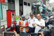 Ketua DPRD Gresik bersama Dishub Gresik, saat tinjau penggunaan e-parkir